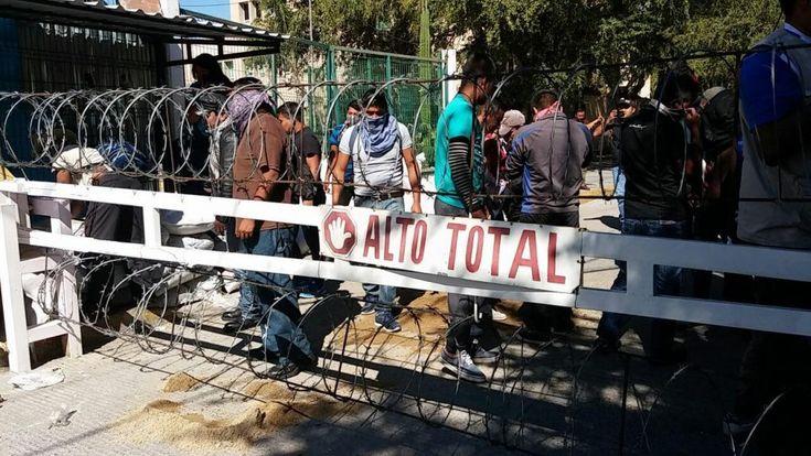Padres de los 43 y normalistas ingresan a fiscalía para realizar protesta