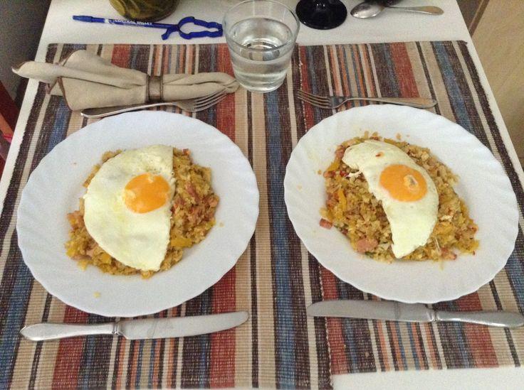 Koolhydraatarme Nasi Goreng, maar dan met rijst gemaakt van bloemkool. Ingrediënten (voor 2 personen). Met dank aan Ineke voor het recept.