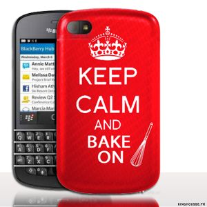 Coque BlackBerry Q10 | Keep Calm And Bake On | Coque de protection arriere. #Q10 #BlackBerry #KeepCalm #Rouge #Cuisine