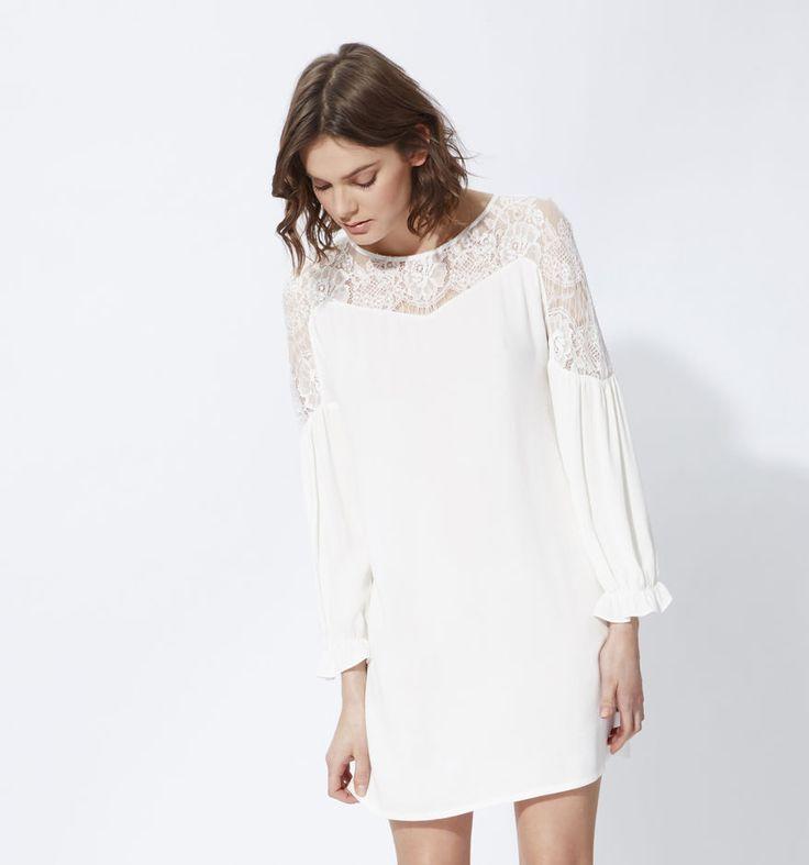 robe fluide et élégante, parée de jolies dentelles, au prix de ...