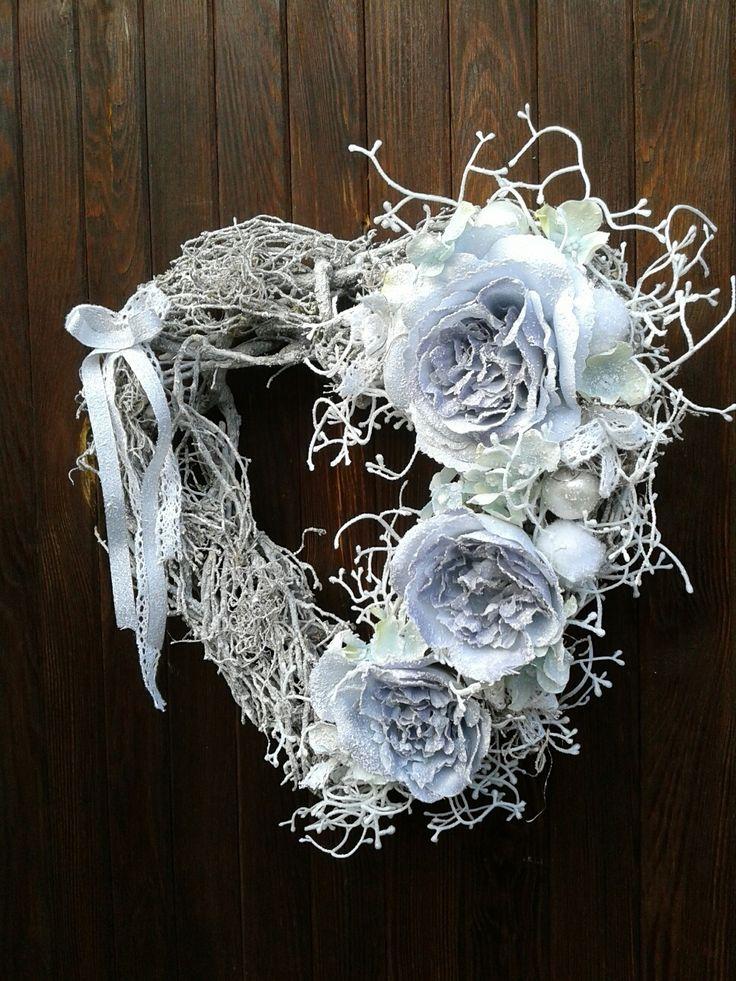 Zasněžené+srdce+s+růžemi+a+hortenzií+Vánoční+věnec+s+růžemi+a+hortenzií.+Velikost+32cm.