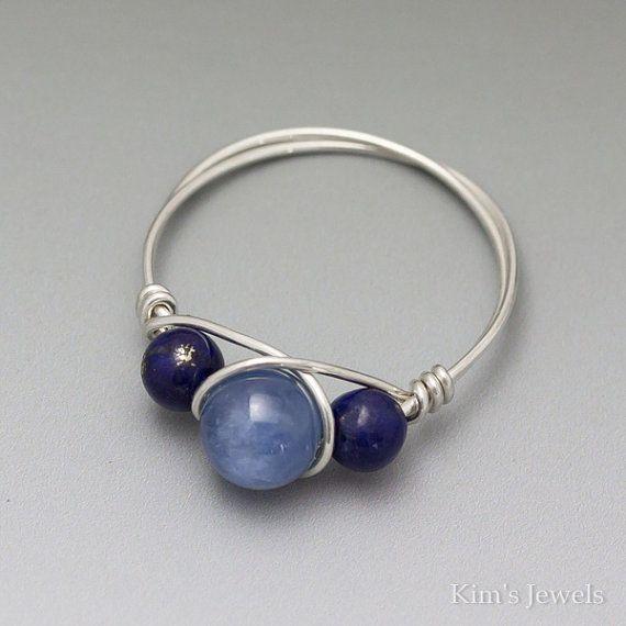 Deze ring is uniek handgemaakt met 22 gauge sterling zilveren ronde draad, 4mm Lapis Lazuli kralen, en een 6mm Gemmy kyaniet ronde kraal. Ik maak deze ring te bestellen. De ring afgebeeld is een weergave van hetgeen u ontvangt.  ** De fotos maken de kralen kijken veel groter dan ze eigenlijk are.* *  Wilt u een combinatie van de kralen die je niet ziet weergegeven, gelieve te informeren