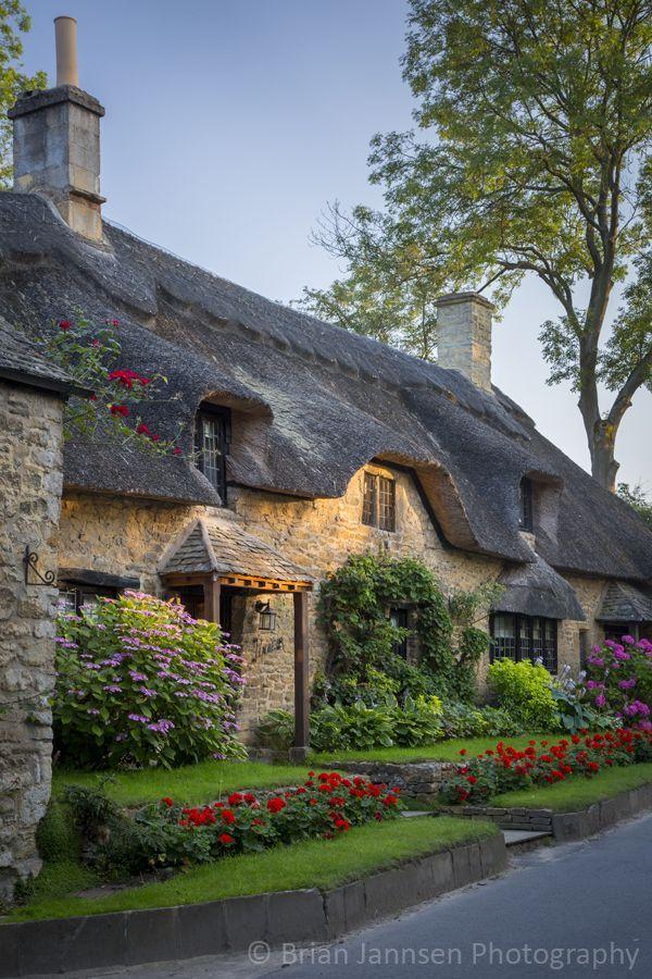 Cabaña de techo de paja en Broad Campden, Cotswolds, Gloucestershire, Inglaterra - Cubrir con paja es el arte de la construcción de un techo con vegetación seca como la paja, el agua caña, junco o incluso brezo.