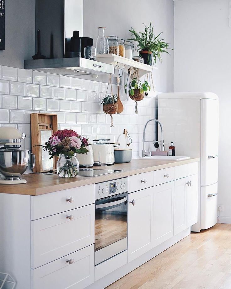 White Kitchen In Dieser Wunderschonen Kuche Stimmt Jedes Detail Viele Pflanzen Viel Holz Viel Tageslicht S Haus Kuchen Kuchendekoration