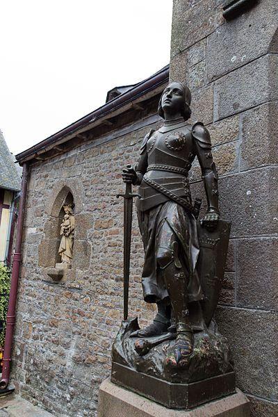 Statue de Jeanne d'Arc, à l'église de Saint-Pierre ,Mont-Saint-Michel, Manche, France