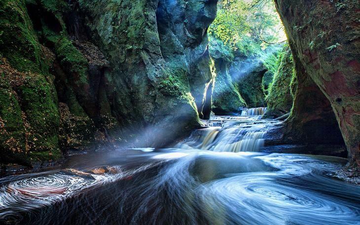 Finnich Glen y los Púlpito del diablo, Drymen  Los fascinantes remolinos y torbellinos se combinan perfectamente con la luz del sol que hace eco de una maravillosa luz a lo largo de las rocas.