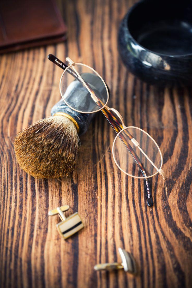 """Viele kennen diesen Brillen-Klassiker unter dem Namen """"Nickelbrille"""", da diese früher aus dem Metall Nickel hergestellt wurde. Die Variante heute aus der Retro&Co Kollektion besteht aus hochwertigem Titan mit Acetat-Bügelenden. Bekannte Träger einer Nickelbrille waren der britische Musiker John Lennon und der Fernsehmoderator Peter Lustig. 👓 Modell 2088.8"""