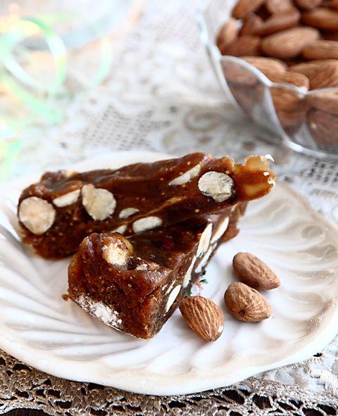 Панфорте — традиционная тосканская рождественская сладость. Сегодня панфорте выпекают круглый год. Пряный, душистый, с приятным контрастом между слегка тягучим тестом пряника и хрустящими орехами в начинке, он оставляет во рту прекрасное послевкусие благородных пряностей. Когда-то только высшая церковная знать могла лакомиться драгоценной сладостью — пряности ценились дороже золота! А сегодня мы легко можем доставить удовольствие себе и друзьям, На форму диаметром 23 см или на 2 формы…