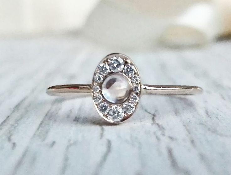 Eleganter und zierlicher Halo Verlobungsring, Mondstein und Diamant Ehering, Halo Diamant Ring. Dieser Ring ist in 14k Roségold handgefertigt, aber es ist auch in 14k Gelb oder Weißgold...
