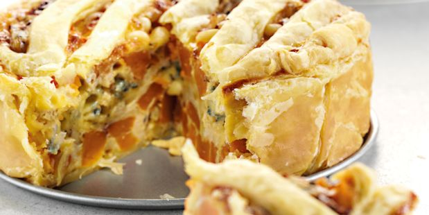 Hartige taart met zoete aardappel, blauwaderkaas, pijnboompitten, ricotta en ei.
