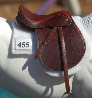 Ok this looks a lot like my camp saddle! The saddle pad is gorgeous with the number pocket! So making! I'd put this on my favorite English horse... Bonne fete! (I'm getting him a BF)