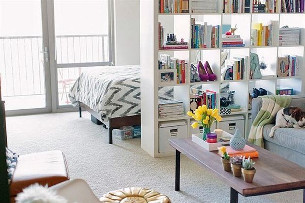 10 ideas para dividir tu monoambiente  Una biblioteca sin fondo aísla el área del dormitorio y otorga espacio de guardado.         Foto:Popsugar.com