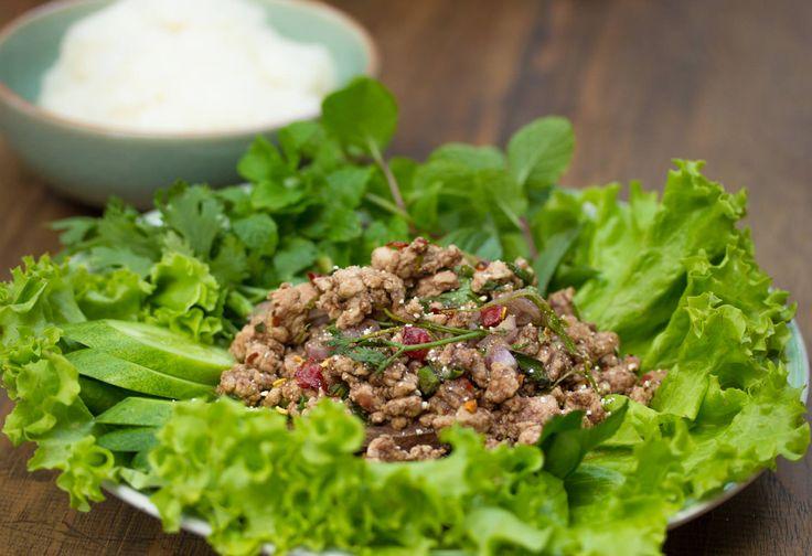 Salat mit gehacktem Schweinefleisch - Larp Moo - Zu finden auf: https://asiastreetfood.com/rezepte/salat-mit-gehacktem-schweinefleisch/