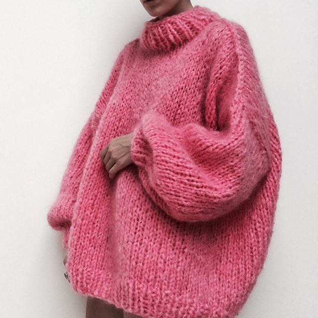 Happy Holla days // *1st day of Decemebrr ... Super cold & crazy week totally tired & finally off to get some beauty sleep *Night y'all ✖️ by @theknitter  #pinkknit #knitwear #roseaesthetic #chunkyknit #prettyinpink #pinklover #advent #wintervibes #knittersofinstagram