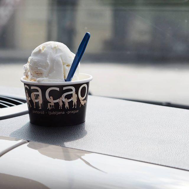 Dnesek si primo rika o zmrzlinu. Kdy jindy bude zase pres 20 stupnu.   Tak se nezapomente zastavit na poradny kopec ovocne, smetanove, jogurtove nebo veganske 🍦😋 #cacaoprague