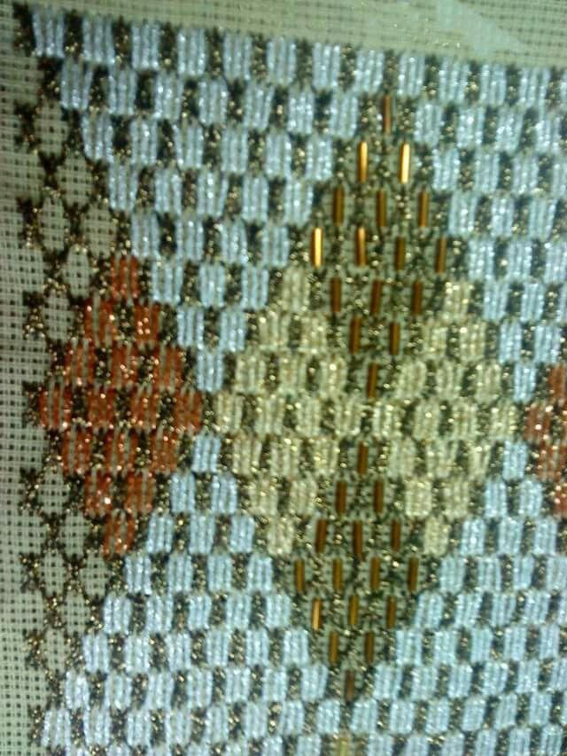 Ομορφοι ρόμβοι με μεγάλες σταυροβελονιές και χάντρες μακαρόνι. Γιούλη Μαραβέλη τηλ 2221074152