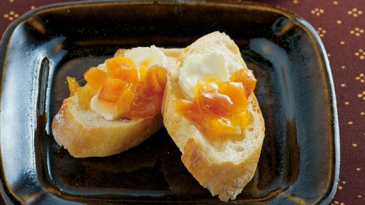 大原 千鶴さんの柿を使った「甘柿ジャム」のレシピページです。甘柿はジャムにして長く楽しみましょう。電子レンジを使えば、焦げつきにくく、少量ずつ気軽につくれます。パンやクラッカー、ヨーグルトなど、好みのものに合わせて召し上がれ。 材料: 柿、砂糖、りんごジュース、柚子(ゆず)の搾り汁