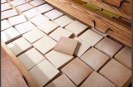 """Faïence Unie les """"Beiges"""" - Fabrication artisanale de carrelage pour plan de travail et crédence de cuisine, sols et murs de salle de bain. Format 10,5 x 10,5 épaisseur 1,2 cm.Simple à poser, facile d'entretien, très résistant."""
