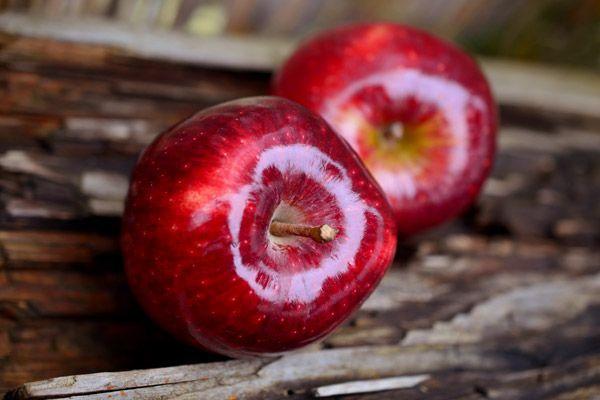 Ősszel+minden+extra+törődés+jól+jön+a+bőrnek+és+a+hajnak+egyaránt. Érdemes+kihasználni+az+őszi+almaszezont,+mert+a+gyümölcs+nem+csak+finom,+de+a+szépségápolásban+is+hasznodra+lehet.    Magas+vitamin-+és+rosttartalma+miatt+kiváló+méregtelenítő+és+öregedésgátló,+ráadásul+segít+a+megfelelő+pH-érték…