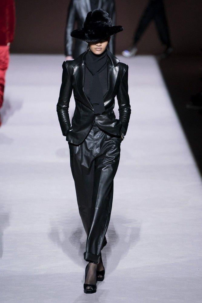 Non solo pantaloni e cappotti, la pelle questo Autunno Inverno è una costante e si abbina così