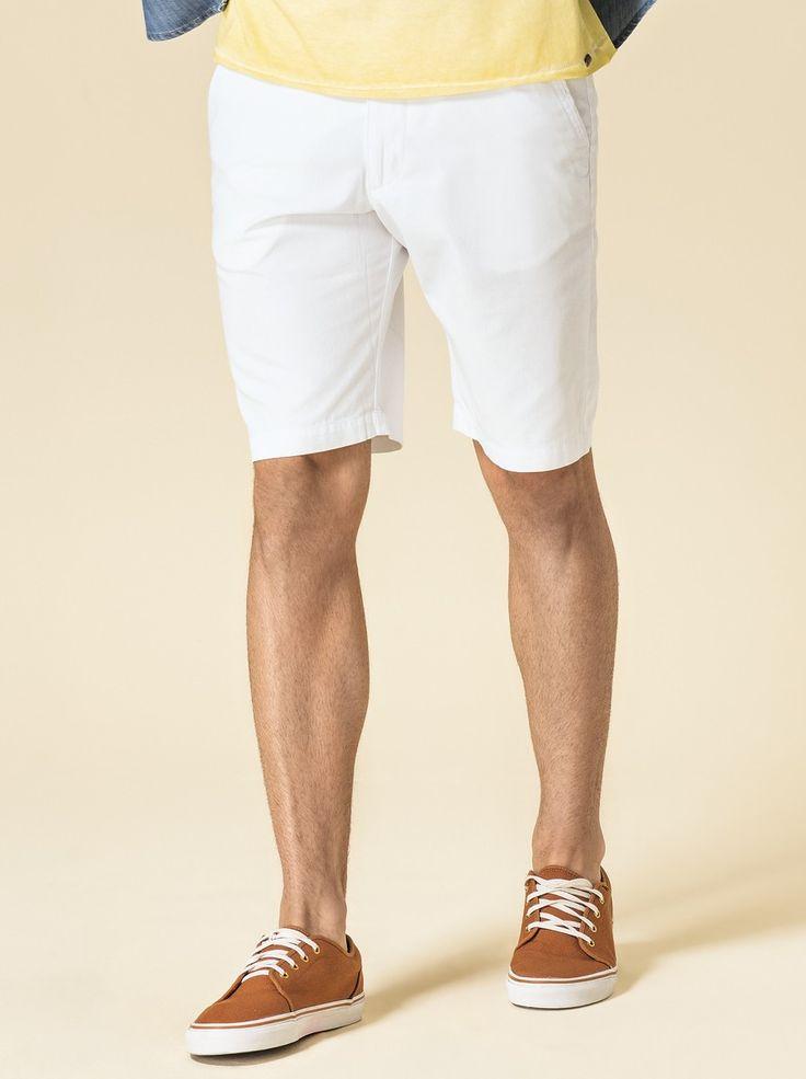Bermuda masculina desenvolvida em tecido algodão, que confere leveza ao vestir. Contempla modelagem chino, bolsos faca na parte frontal, bolsos embutidos na parte de trás e passantes para cinto. Combine com peças da coelção!