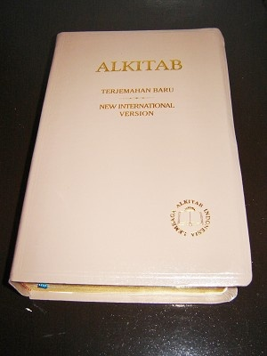 ALKITAB Indonesian Formal Translation / English New International Version / Indonesian - English Bilingual Bible / TB - NIV / INDONESIA - INGGRIS / Golden Edges, Thumb Index, Butter color Imitation Leather bound / Kamus Alkitab