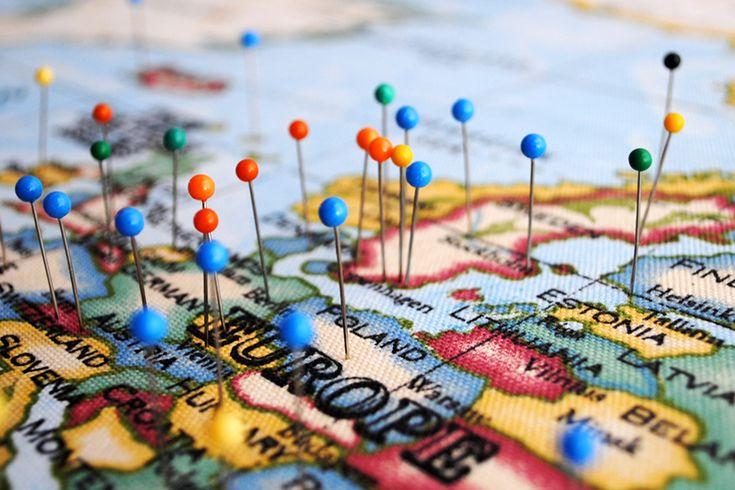 """Världskartan på väggen har ett """"avancerat"""" system med nålar som visar var vi varit. Det finns många länder kvar att besöka..."""
