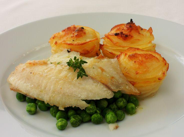 Efektní, chutné a lehké jídlo složené z bramborových růžiček, máslového hrášku a na másle pečené tilápie.