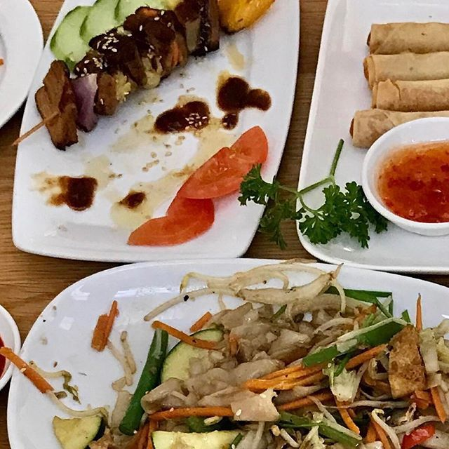 Yummy catchup with the @welovel1fe team, Myke, @motherofzenaeon and the super cute Zen. The bestest vegan eats @lovinghutnorthcote! . . . From top left to right: Bbq Soya skewers, sweet potato spring rolls, gf fried kway teo, tofu bites, and pho with mushrooms, yummy!  Southern fried chicken was served just after...😋👌🏽