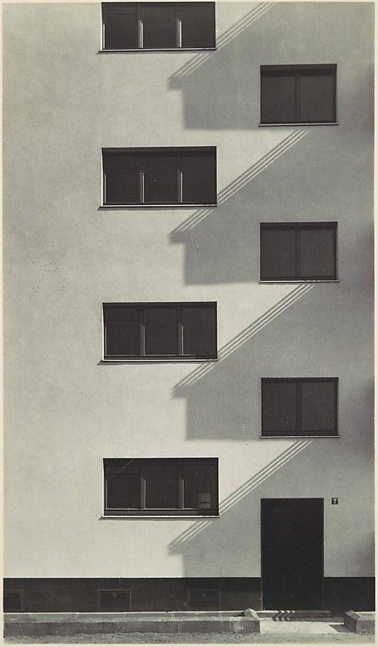 Eingang in eine Wohneblock in der Siedlung Köln - Kalkerfeld by Werner Mantz. Silver gelatin print.