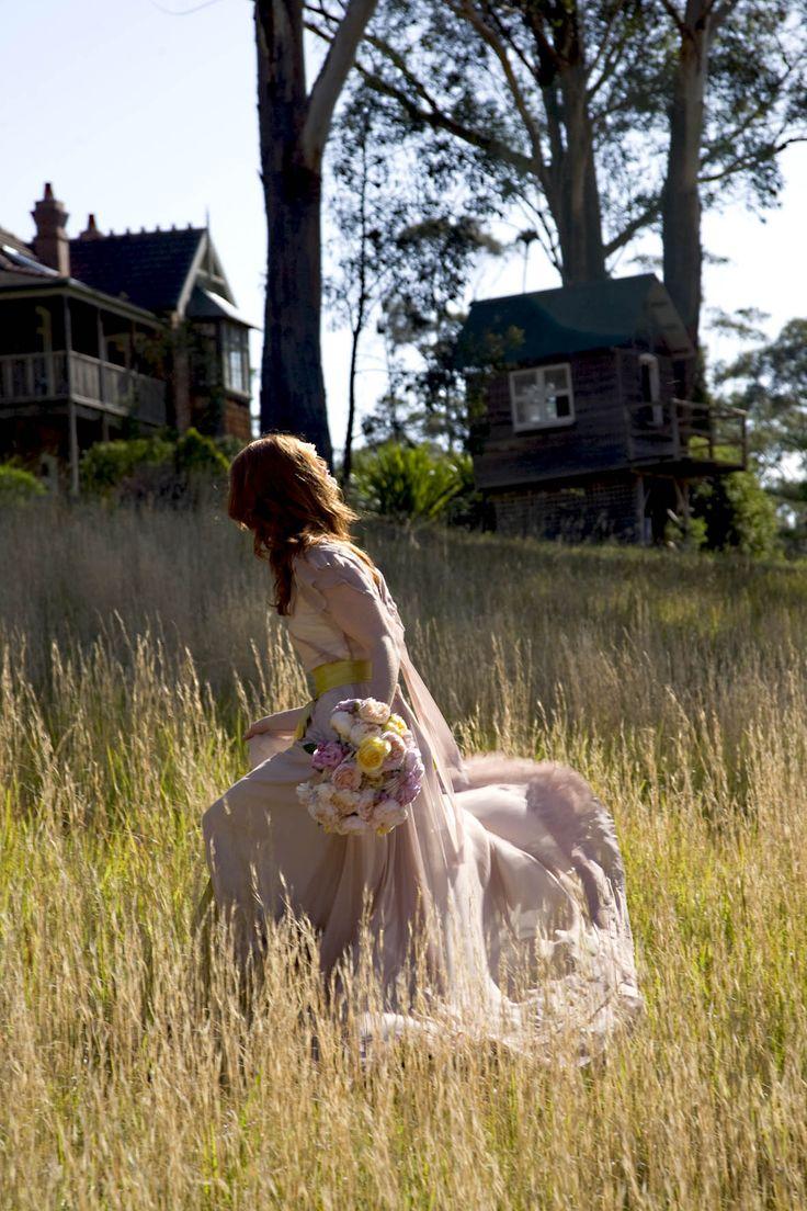 #sunlight #wedding #flowers #field #portrait #lissomyarn  Photography by Hanna Hosking, Hang Studio