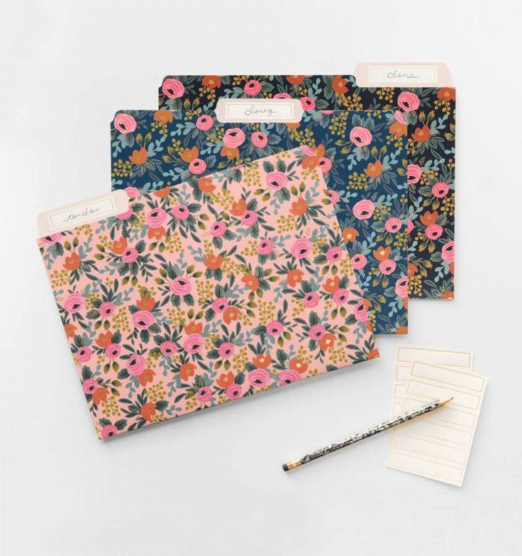Set van 6 stevige opbergmappen met een print van rozen en gouden details. Je ontvangt 2 mappen van elk van de 3 kleuren: roze, donkerblauw en zwart.