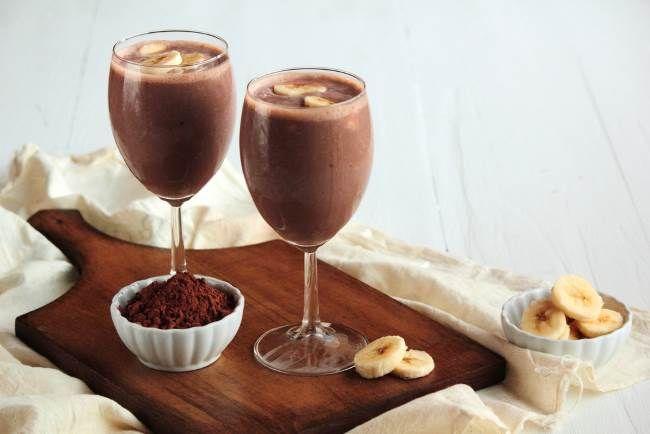 Шоколадно-банановый коктейль Необходимые ингредиенты для блюда Шоколадно-банановый коктейль:      молоко;     бананы;     шоколад или какао;     мед.