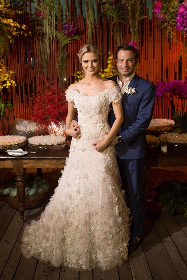 Vestido de noiva com de renda com aplicações florais em 3D e decote ombro a ombro { Foto: Fernanda Scott }