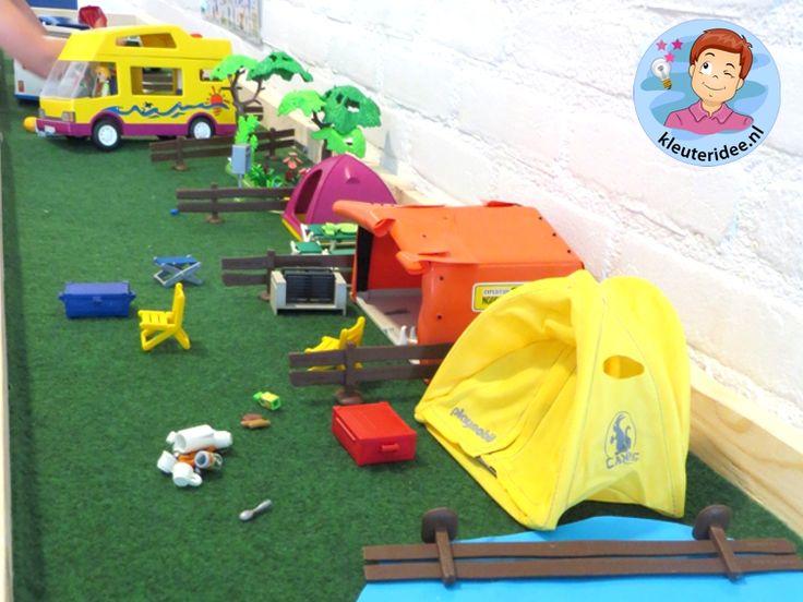 Thematafel camping 4, kunstgras, tentjes en playmobilpoppetjes, kleuteridee