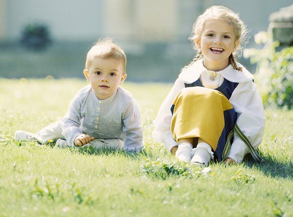 New photos of Princess Estelle and Prince Oscar were published