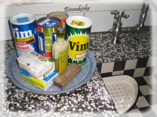 Oude schoonmaak middelen, granieten aanrecht, zwart wit betegelde gootsteen met natuurlijk het lekbakje!