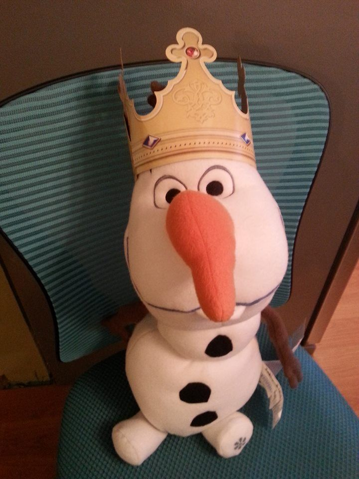 Pic #20 - Olaf went to Burger King and they gave him a crown!