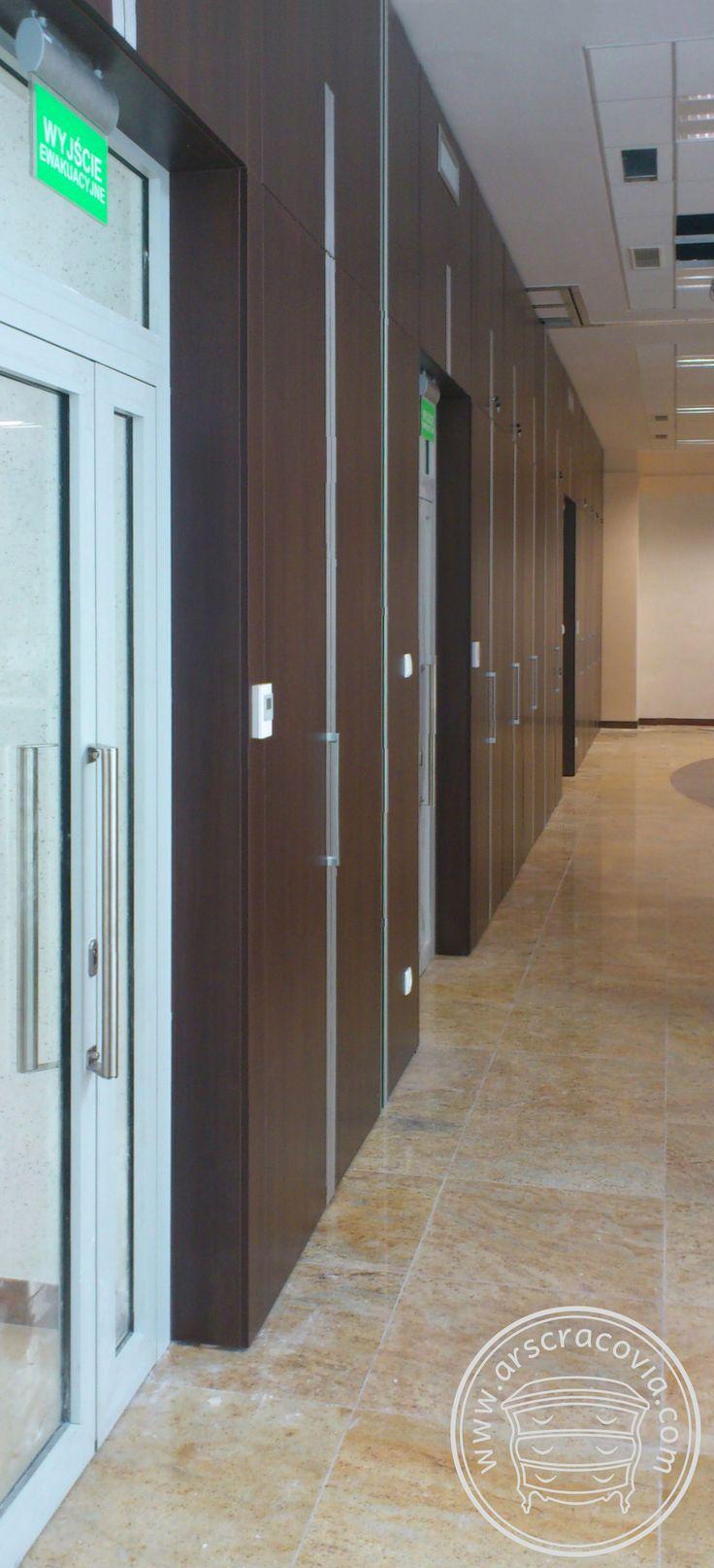Wysoka zabudowa ścian i wnęk w salach konferencyjnych. Wnęki zabudowane jako boksy do przechowywania stołów i krzeseł oraz boksy do parkowania modułowych ścian przesuwnych.