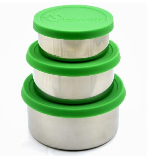 Praktiske runde matbokser i stål, de minste er perfekte til å ha med seg for eksempel druer eller blåbær på tur.   Boksen er laget i rustfritt stål, og den har et BPA-fritt silikon-lokk.