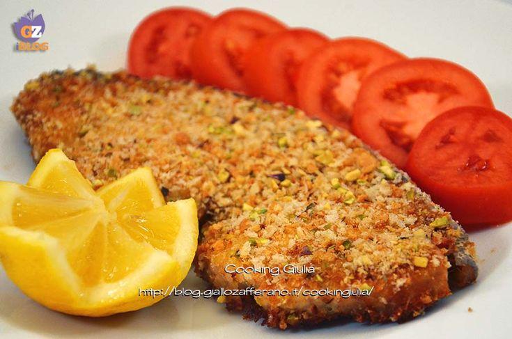 Il pesce spada impanato, grazie alla sua crosticina croccante, arricchita da granella di pistacchio, è una ricetta molto gradita a grandi e bambini.