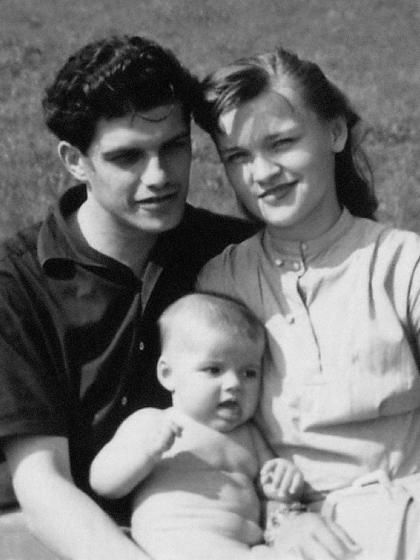 Nina als Baby mit ihren Eltern, der Schauspielerin Eva ...