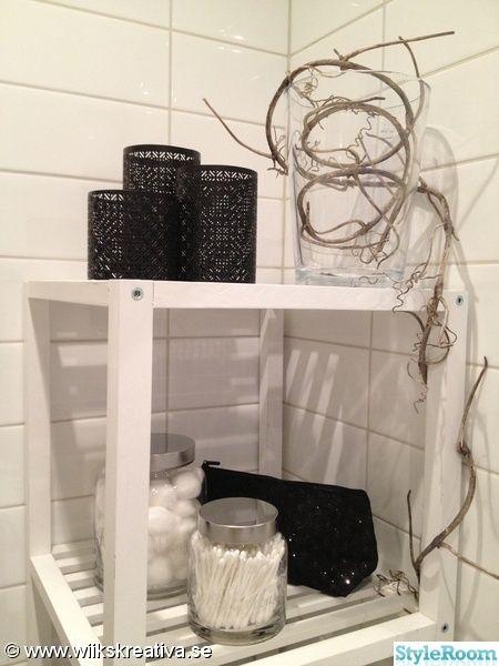 toalett,lilltoa,gästtoalett,badrum,vitt,svart,vit,förvaring,burkar,sminkväska,ljuslyktor,modernt,kakel