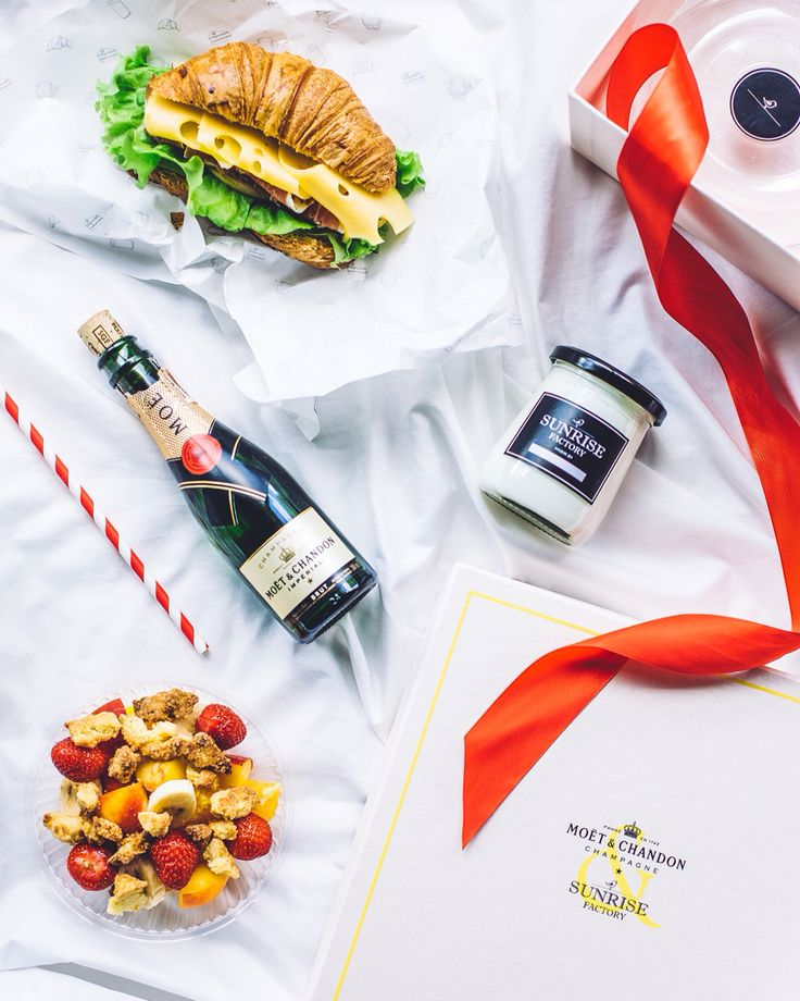 Moet&Chandon & Sunrise factory - breakfast with champagne delivery. Packaging branding