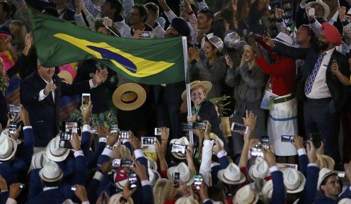 Yane Marques porta-bandeira (Foto: Reuters)