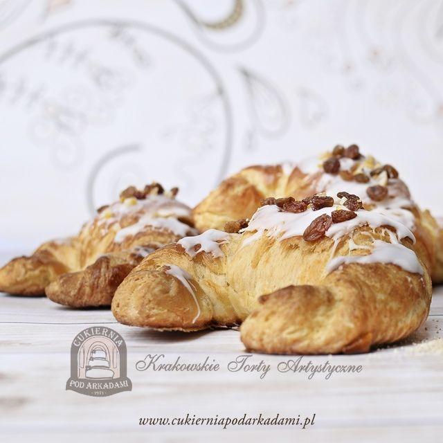 Rogal listopadowy z ciasta półfrancuskiego, nadziewany białym makiem i bakaliami. Our November croissants with white poppy seeds.