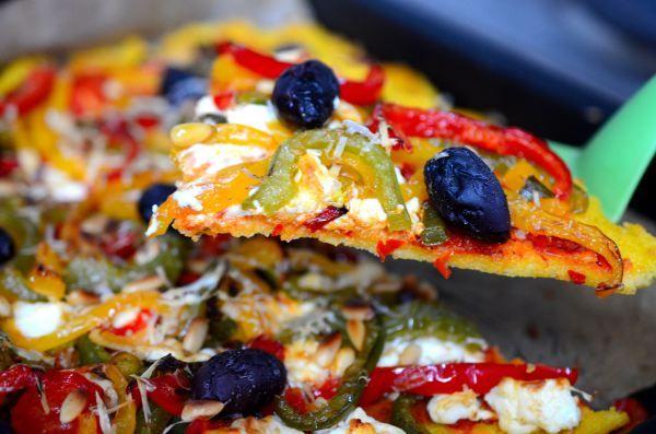 Pizza de polenta y morrones http://novivedeensalada.wordpress.com/2013/11/19/pizza-de-polenta-y-morrones/