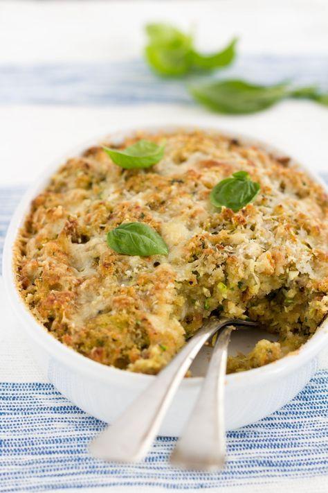 Il Pasticcio di zucchine con pane e mozzarella è una preparazione semplicissima e gustosa. Tre ingredienti principali per un pasticcio senza eguali. Provalo