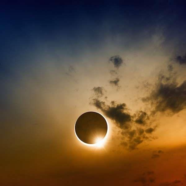La batalla del eclipse opuso Lidia a Media el 28 de mayo del año 585 a. C. Su nombre viene del hecho que permitió poner fin a cinco años de guerra: un eclipse total de sol que hizo huir a ambas partes por temor a que fuera una señal de los dioses. Tras este suceso astronómico, firmaron la paz, al considerar que los dioses les habían manifestado su deseo de poner fin a esta guerra. #eclipse #antiguedad #guerra http://www.pandabuzz.com/es/anecdota-del-dia/batalla-eclipse-lidia-media-585