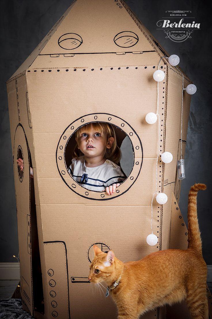 Sesión de fotos infantil con cohete de carton - cardboard rocket - Buenos Aires, Argentina - Berlenia Fotografia Cardboard Spaceship, Cardboard Rocket, Rocket Ship Craft, Diy Rocket, Cardboard Crafts Kids, Cardboard Toys, Space Party, Space Theme, Babysitting Activities